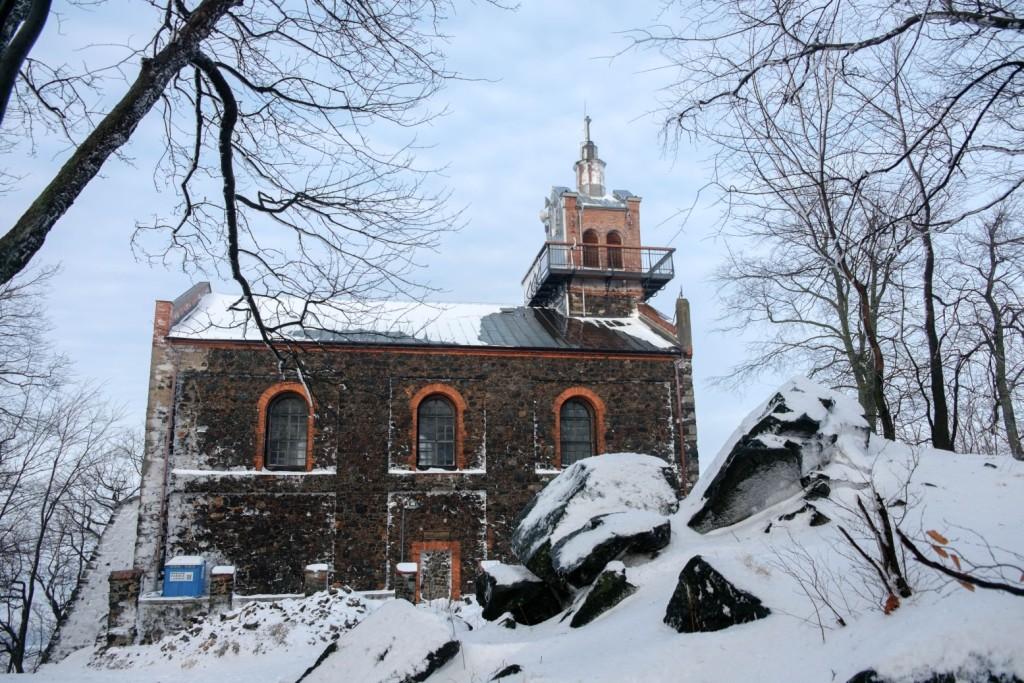 Ślęża: kościółek - widok z drugiej strony